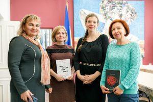 «Детектор медіа» передав книги для бібліотеки музею Майдану